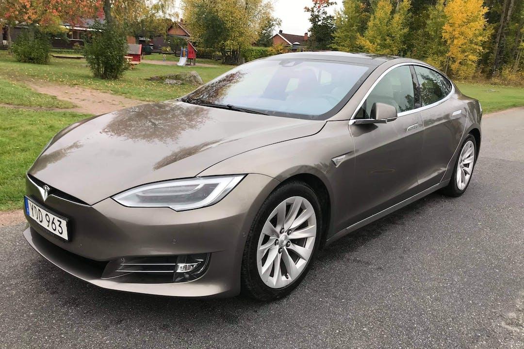 Billig biluthyrning av Tesla Model S med Aircondition i närheten av 743 40 .