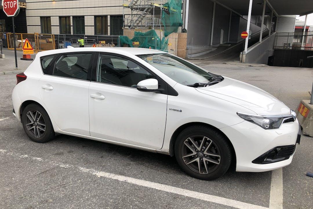 Billig biluthyrning av Toyota Auris Hybrid med Dragkrok i närheten av 172 69 Storskogen.