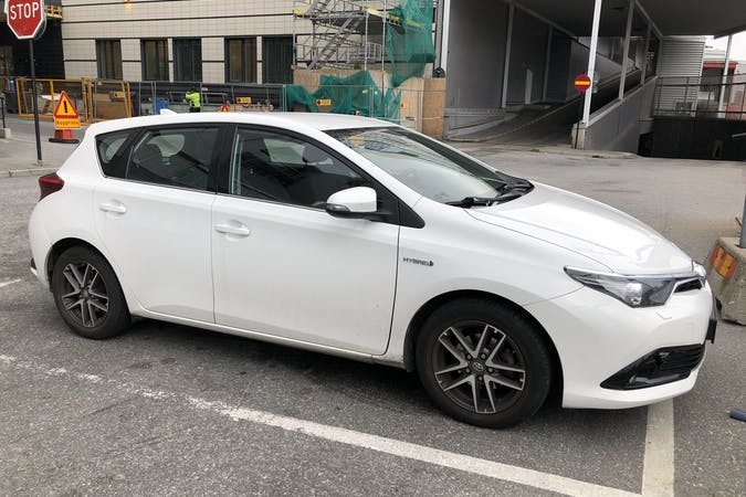 Billig biluthyrning av Toyota Auris Hybrid med Isofix i närheten av 172 69 Storskogen.