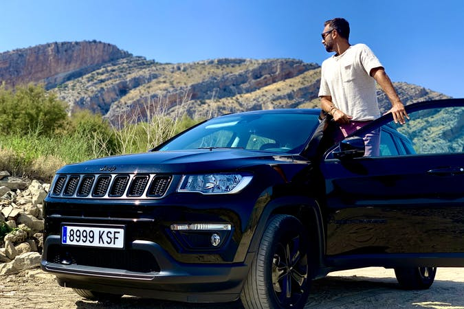 Alquiler barato de Jeep Compass con equipamiento GPS cerca de 28012 Madrid.