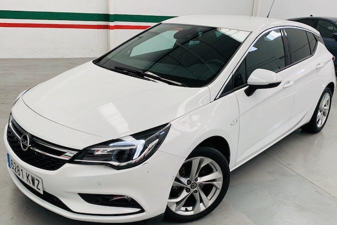 Alquiler barato de Opel Astra con equipamiento GPS cerca de 28045 Madrid.