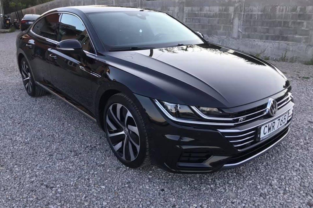 Billig biluthyrning av Volkswagen Arteon med GPS i närheten av 113 20 Norrmalm.