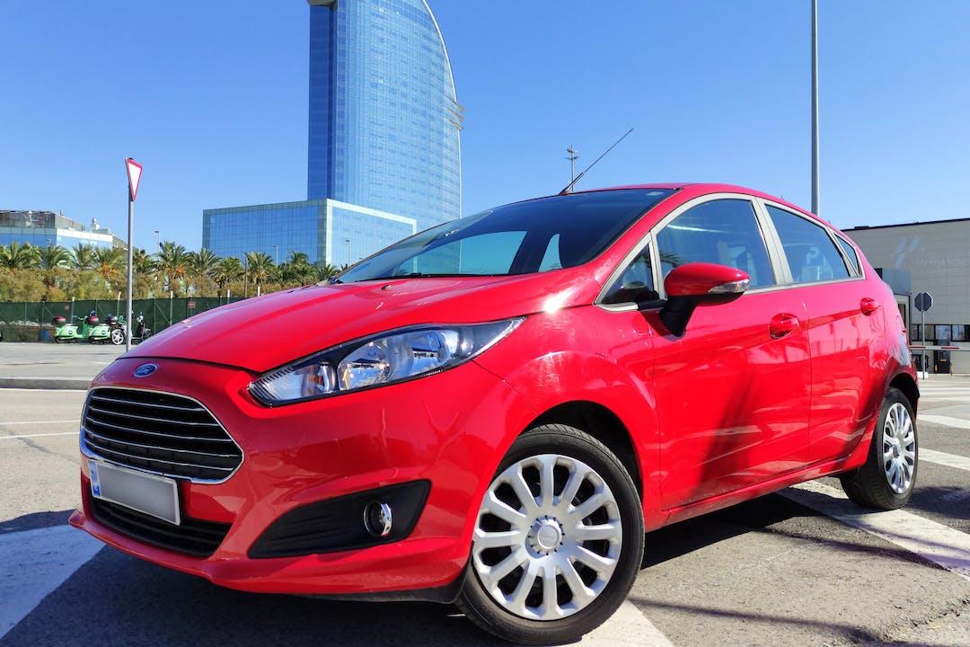 Alquiler barato de Ford Fiesta con equipamiento Fijaciones Isofix cerca de 08010 Barcelona.