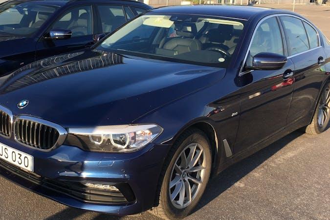 Billig biluthyrning av BMW 5 Series med GPS i närheten av  Bromma.