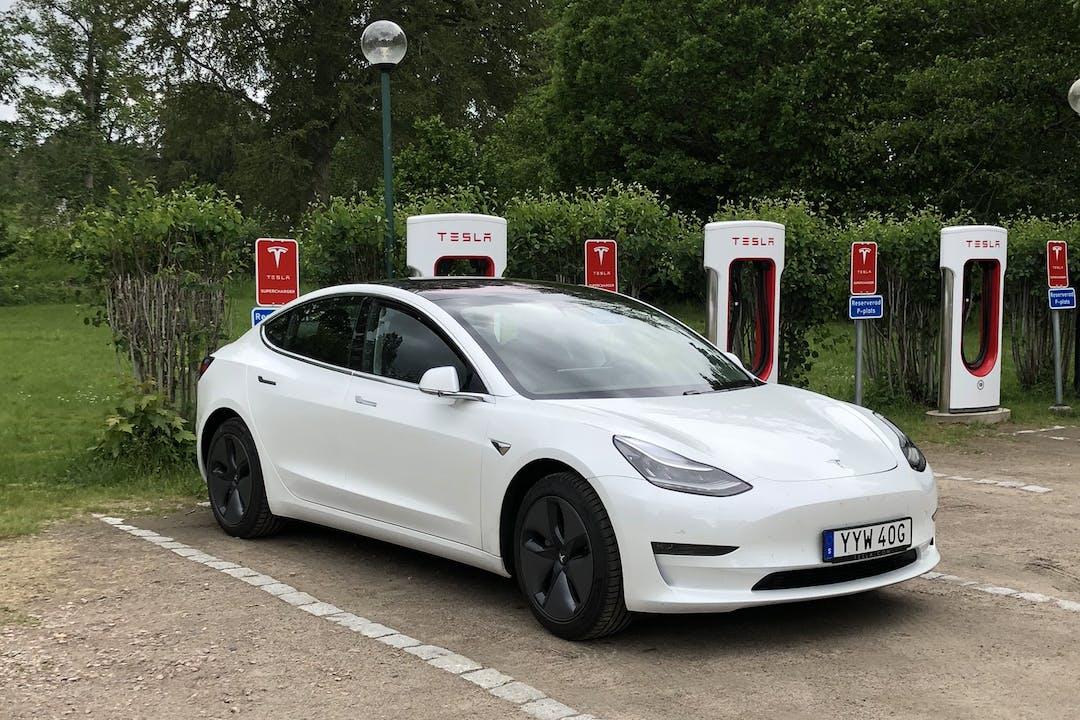 Billig biluthyrning av Tesla Model 3 med GPS i närheten av 217 55 Ribersborg.