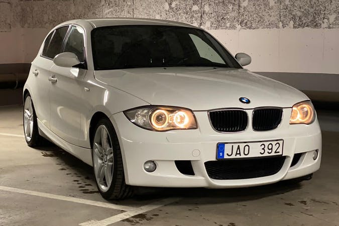 Billig biluthyrning av BMW 1 Series med Isofix i närheten av 352 64 Hovshaga-Sandsbro.