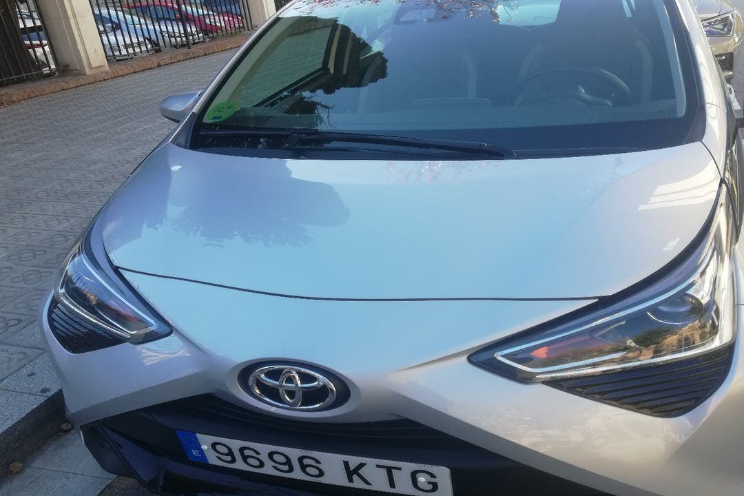 Alquiler barato de Toyota Aygo con equipamiento Bluetooth cerca de 08013 Barcelona.