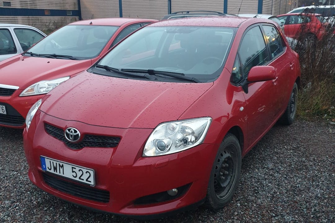 Billig biluthyrning av Toyota Auris med Bluetooth i närheten av 113 27 Norrmalm.