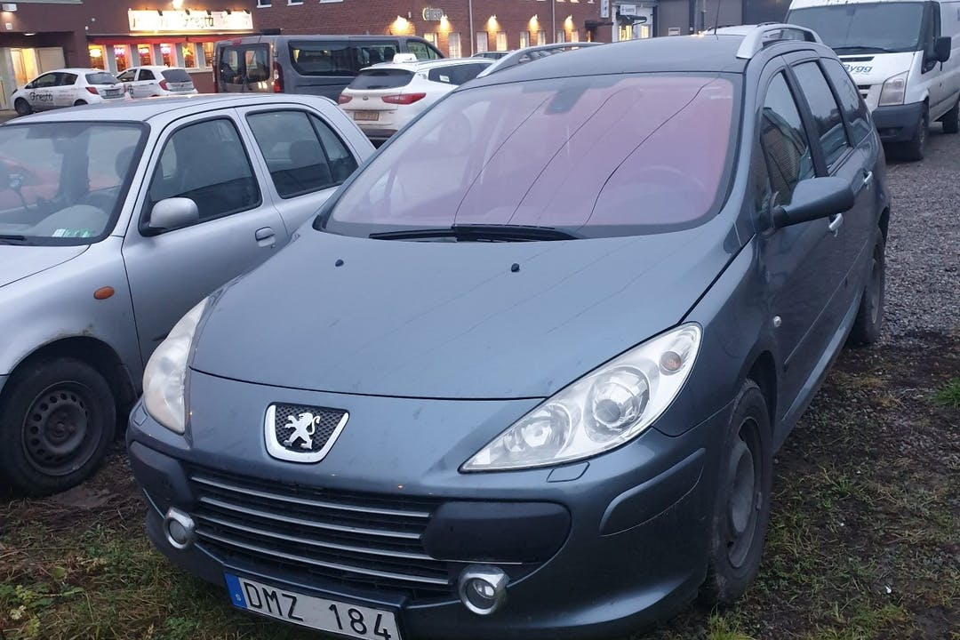 Billig biluthyrning av Peugeot 307 SW med Aircondition i närheten av 113 27 Norrmalm.