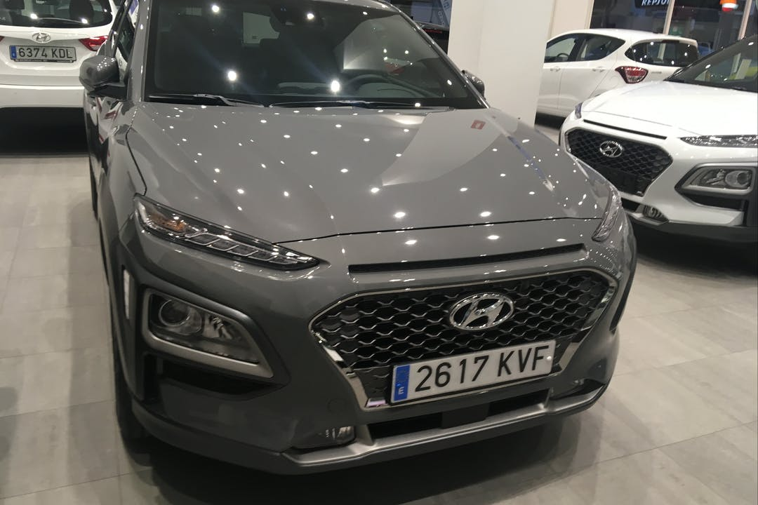 Alquiler barato de Hyundai Kona con equipamiento GPS cerca de 08014 Barcelona.