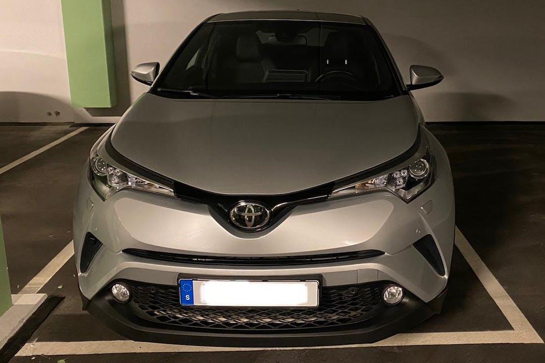 Billig biluthyrning av Toyota C-HR med GPS i närheten av 171 71 Huvudsta.