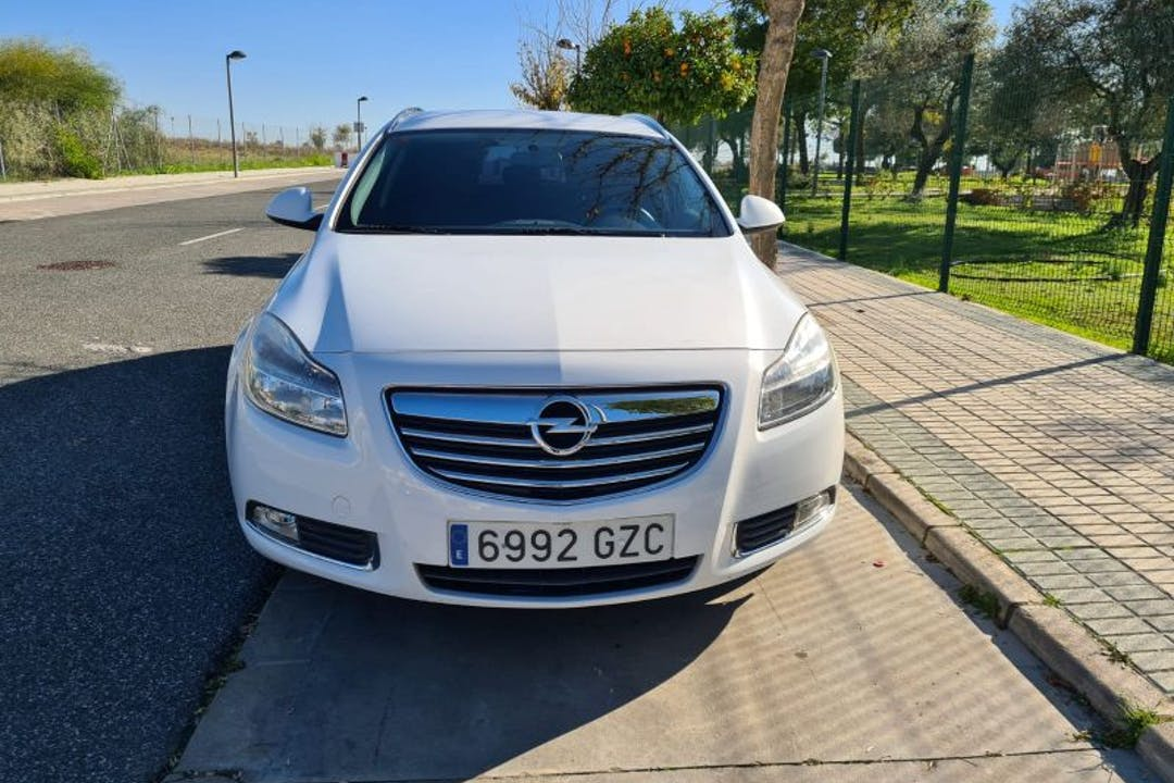 Alquiler barato de Opel Insignia Grand Sport cerca de 41930 Bormujos.
