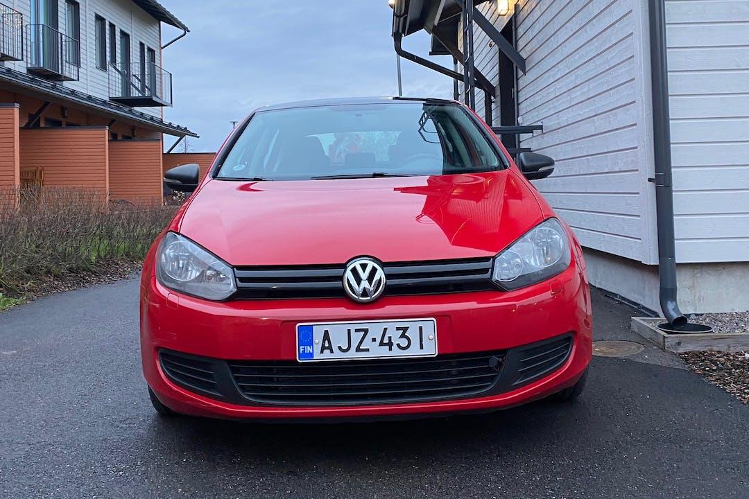 Volkswagen Golfn halpa vuokraus Ilmastointin kanssa lähellä 04220 .