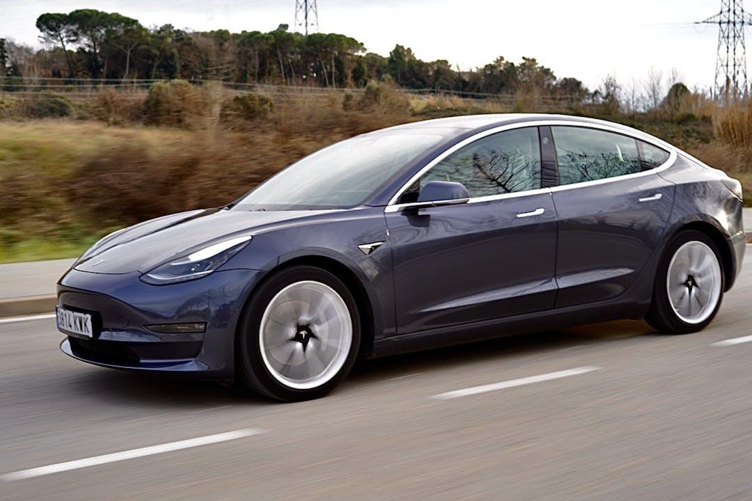 Alquiler barato de Tesla Model 3 con equipamiento GPS cerca de 08015 Barcelona.