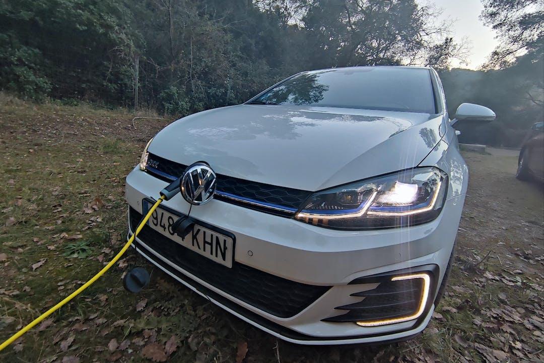 Alquiler barato de Volkswagen Golf con equipamiento GPS cerca de 08017 Barcelona.