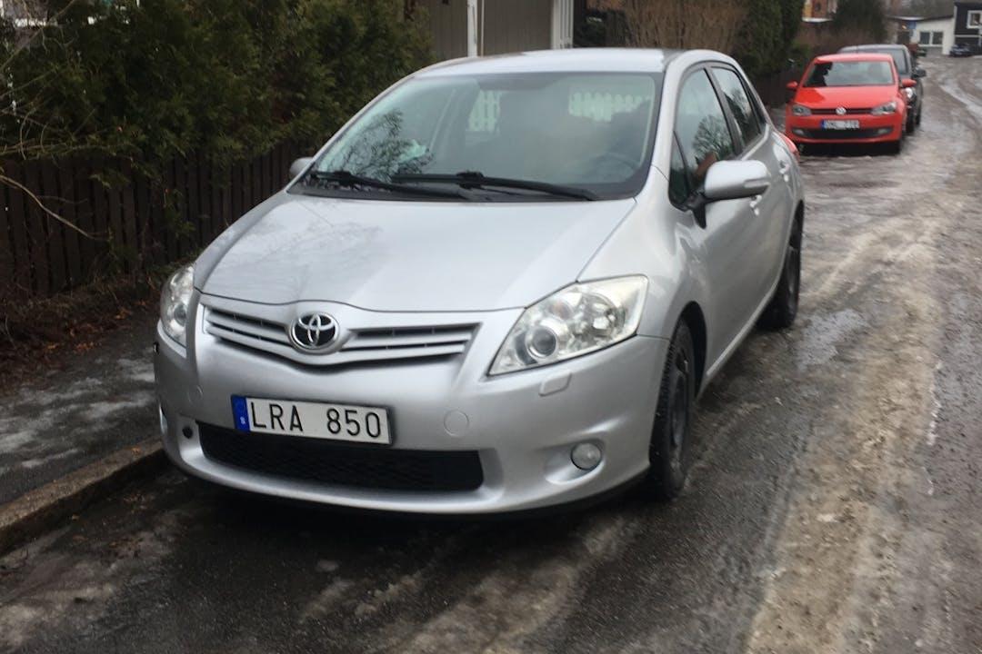 Billig biluthyrning av Toyota Auris i närheten av 147 43 Tumba.