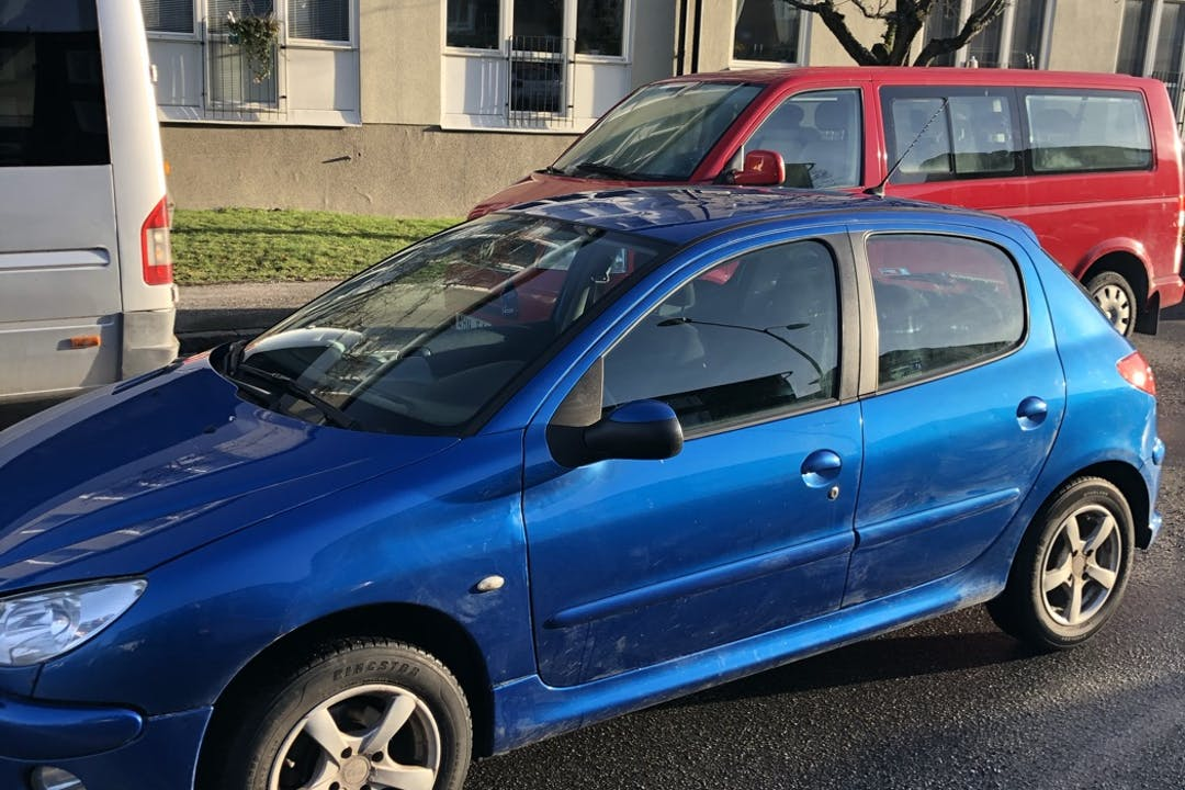 Billig biluthyrning av Peugeot 206 i närheten av  Bromma.