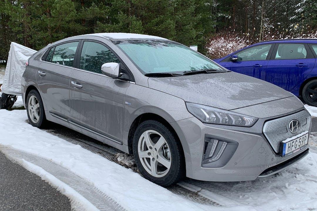 Billig biluthyrning av Hyundai Ioniq med GPS i närheten av 114 28 Östermalm.