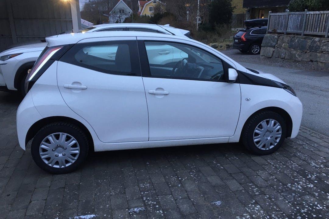 Billig biluthyrning av Toyota AYGO med Bluetooth i närheten av  .