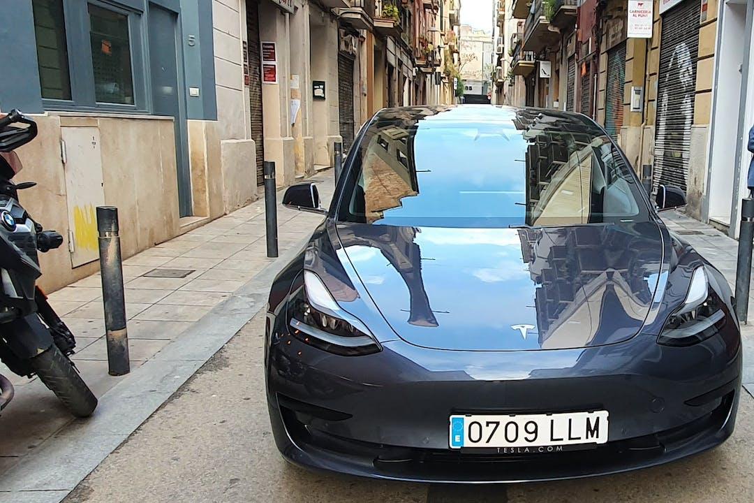 Alquiler barato de Tesla Model 3 con equipamiento GPS cerca de 08028 Barcelona.