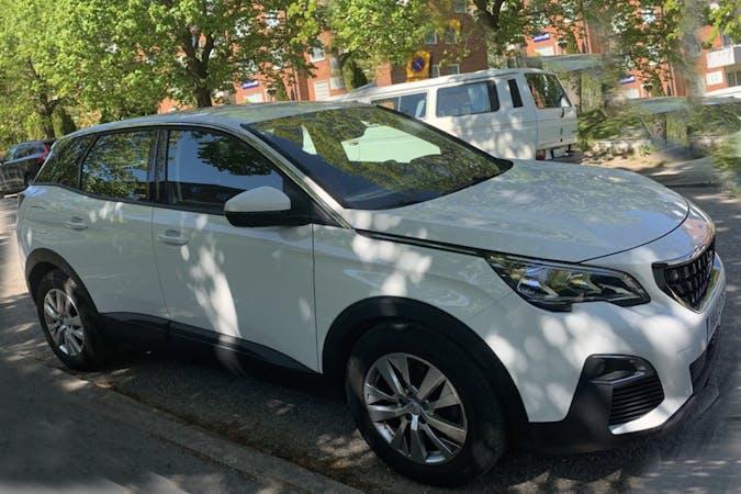 Billig biluthyrning av Peugeot 3008 med Bluetooth i närheten av  Farsta distrikt.