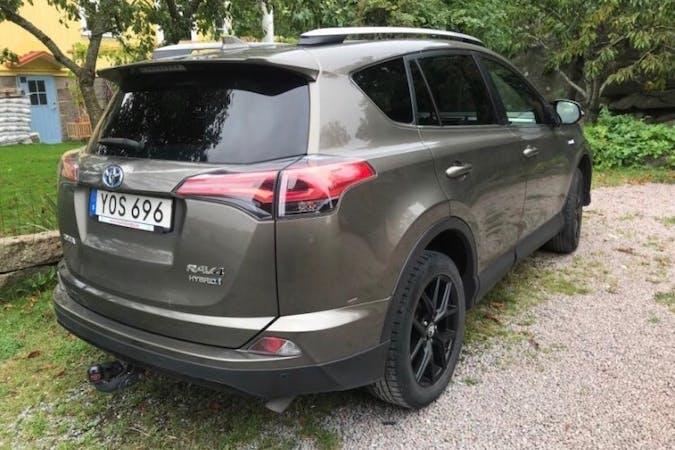 Billig biluthyrning av Toyota RAV4 i närheten av 122 63 Enskede-Årsta-Vantör.