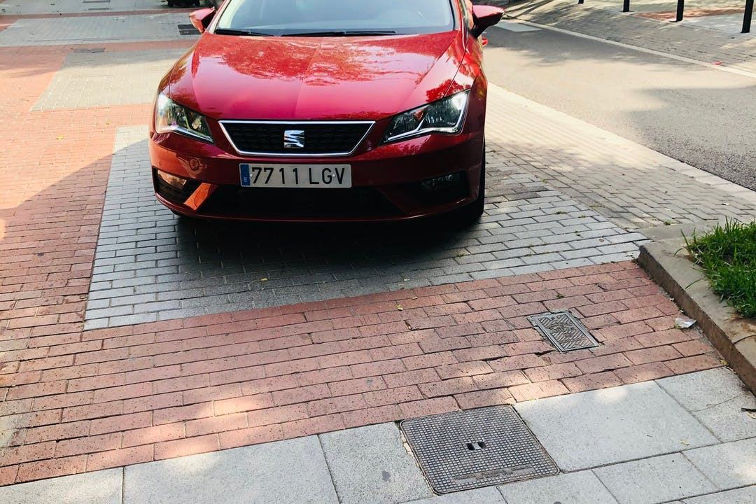 Alquiler barato de Seat León con equipamiento GPS cerca de 08019 Barcelona.
