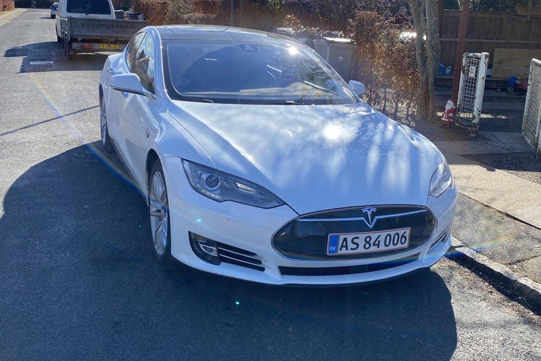 Billig billeje af Tesla Model S med GPS nær 2720 København.