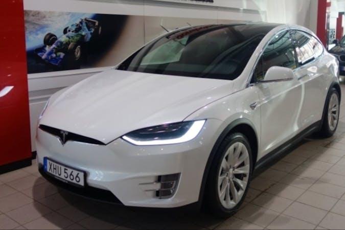 Billig biluthyrning av Tesla Model X med GPS i närheten av  Enebymo.