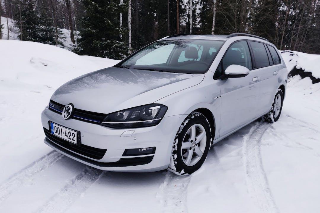 Volkswagen Golfn halpa vuokraus Isofix-kiinnikkeetn kanssa lähellä 40700 Jyväskylä.