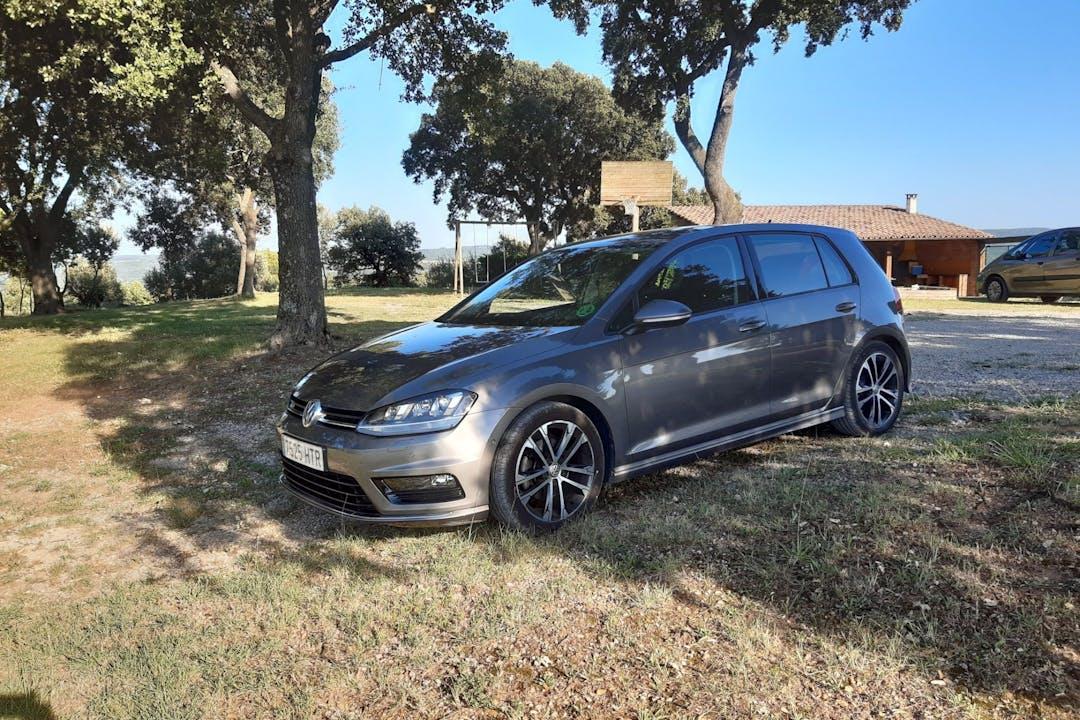 Alquiler barato de Volkswagen Golf con equipamiento GPS cerca de 08010 Barcelona.