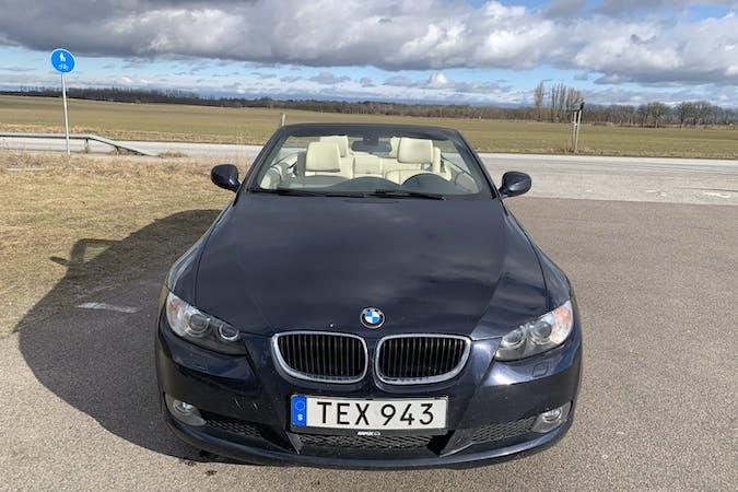 Billig biluthyrning av BMW 320d Cabriolet med GPS i närheten av  Lomma.