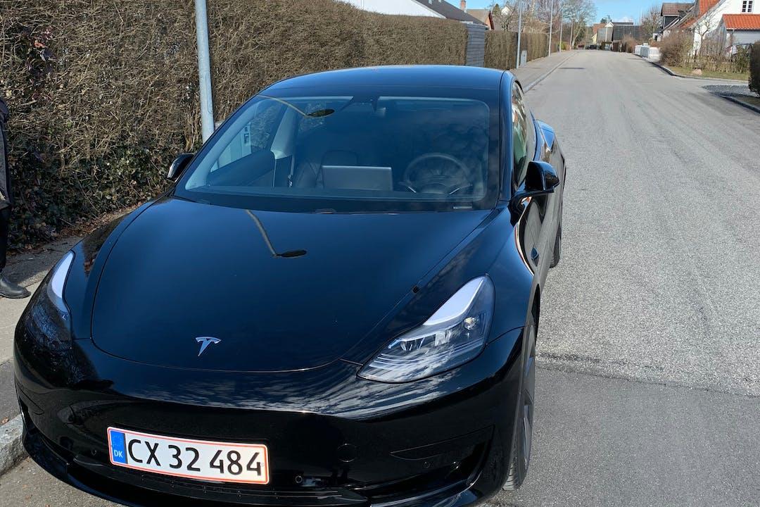 Billig billeje af Tesla Model 3 med GPS nær 2920 Charlottenlund.
