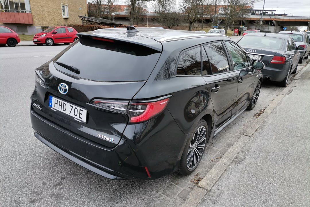 Billig biluthyrning av Toyota Corolla med Isofix i närheten av 214 47 Fosie.
