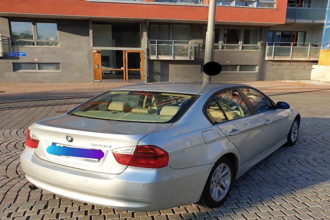 Billig biluthyrning av BMW 3 Series i närheten av 417 06 Kvillebäcken.