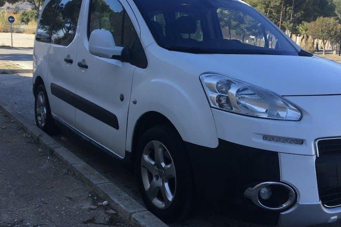 Alquiler barato de Peugeot Partner con equipamiento Bola de remolque cerca de  L'Hospitalet de Llobregat.