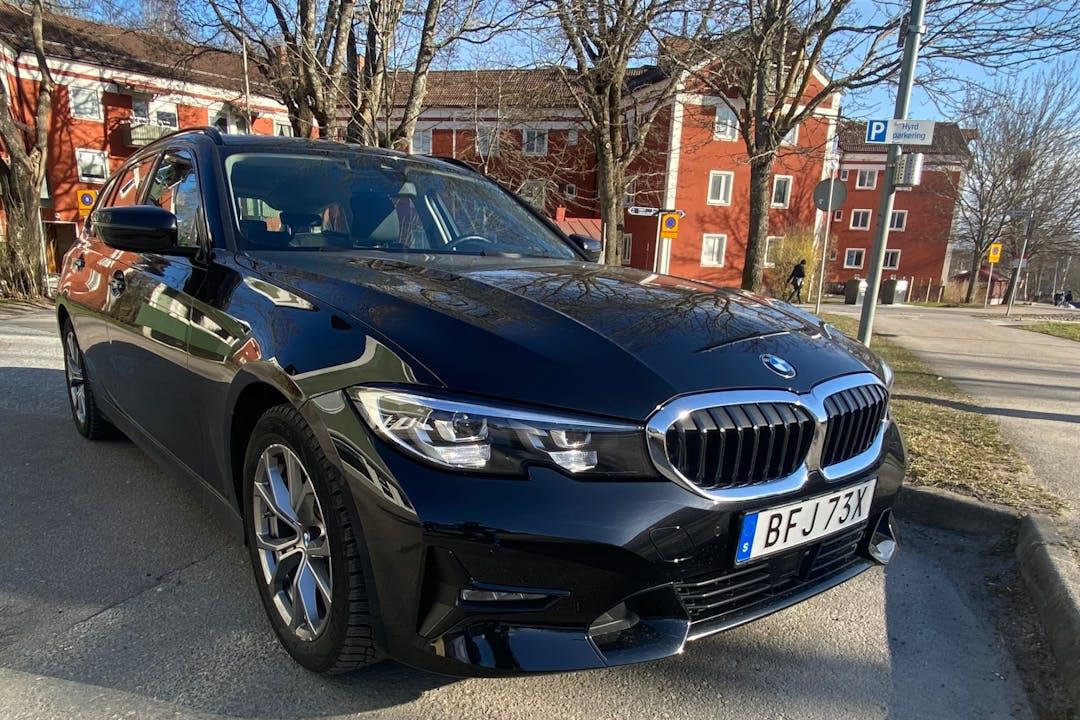 Billig biluthyrning av BMW 3 Series med GPS i närheten av 164 40 Kista.