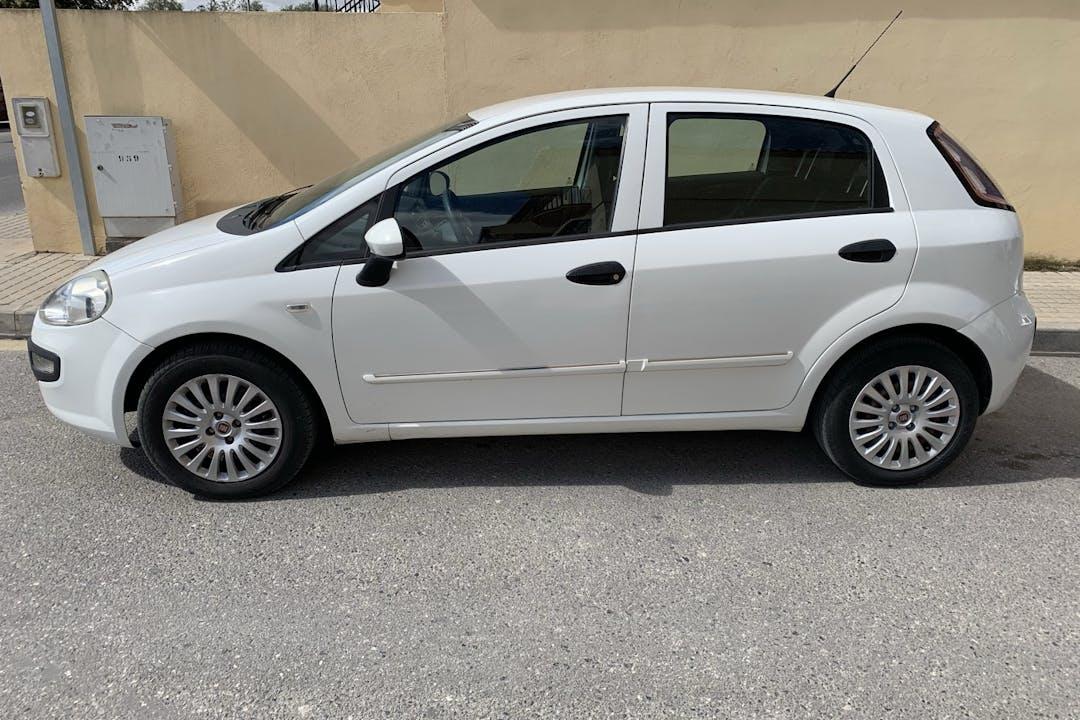 Alquiler barato de Fiat Punto con equipamiento GPS cerca de 18004 Granada.