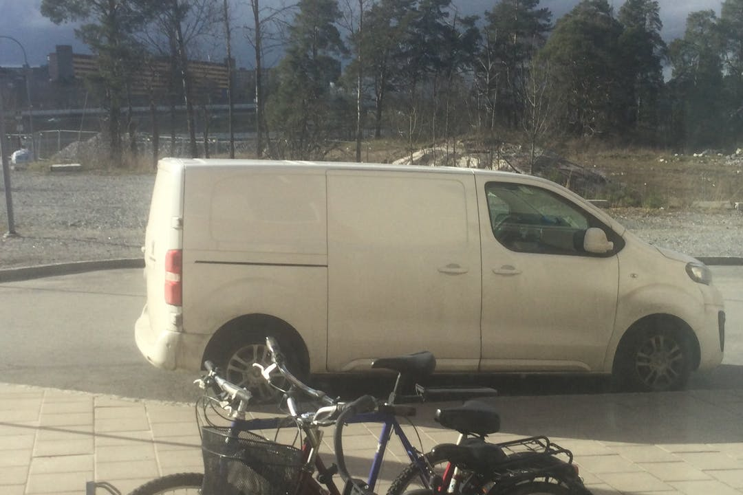 Billig biluthyrning av Peugeot Expert i närheten av 174 63 Ursvik.
