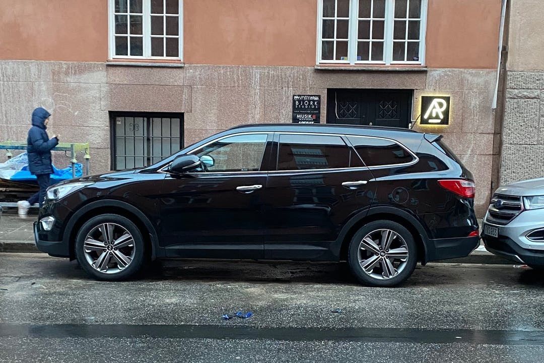 Billig biluthyrning av Hyundai Santa Fe med GPS i närheten av 114 30 Östermalm.