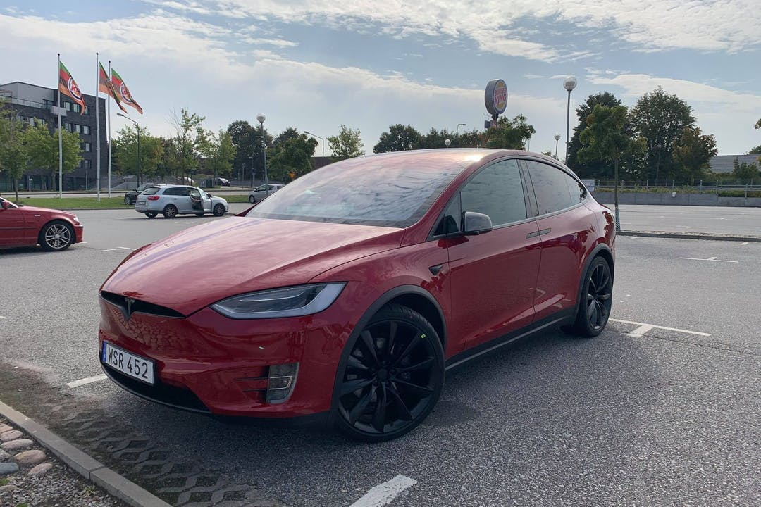 Billig biluthyrning av Tesla Model X med GPS i närheten av 719 30 Örebro V.