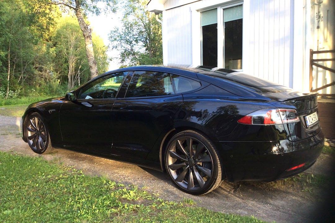Billig biluthyrning av Tesla Model S med GPS i närheten av 832 96 Frösön.