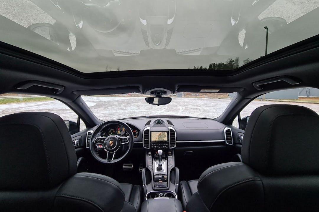 Porsche Cayennen halpa vuokraus Isofix-kiinnikkeetn kanssa lähellä 00160 Helsinki.