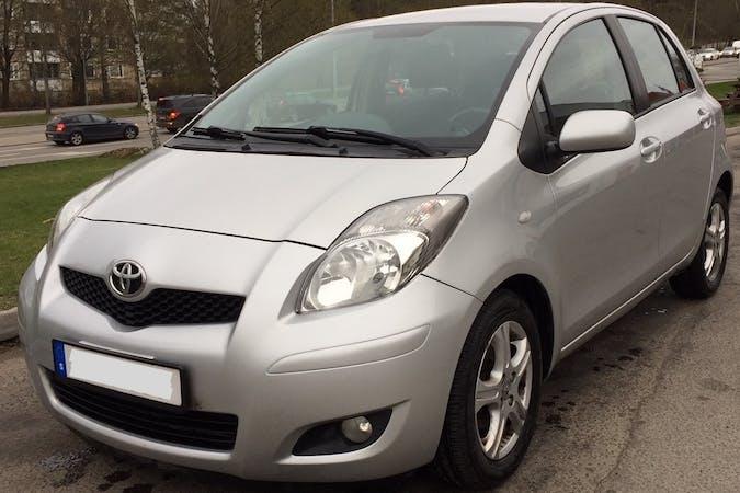 Billig biluthyrning av Toyota Yaris med Isofix i närheten av  Ursvik.