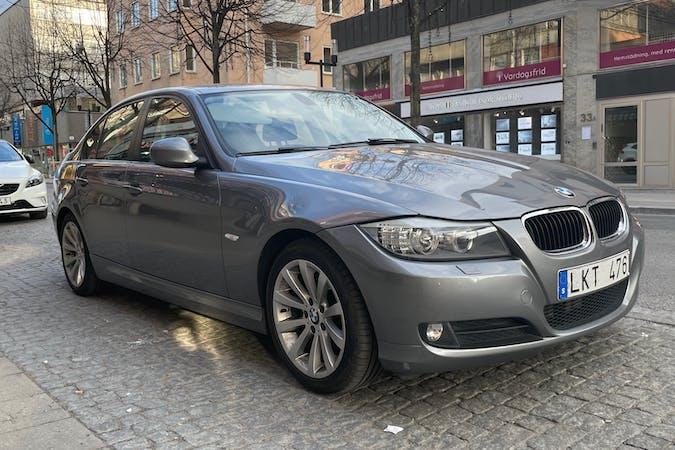 Billig biluthyrning av BMW 3 Series med Isofix i närheten av 172 32 Storskogen.