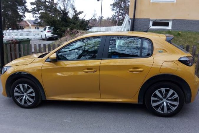Billig biluthyrning av Peugeot e-208 med Bluetooth i närheten av 172 75 Duvbo.