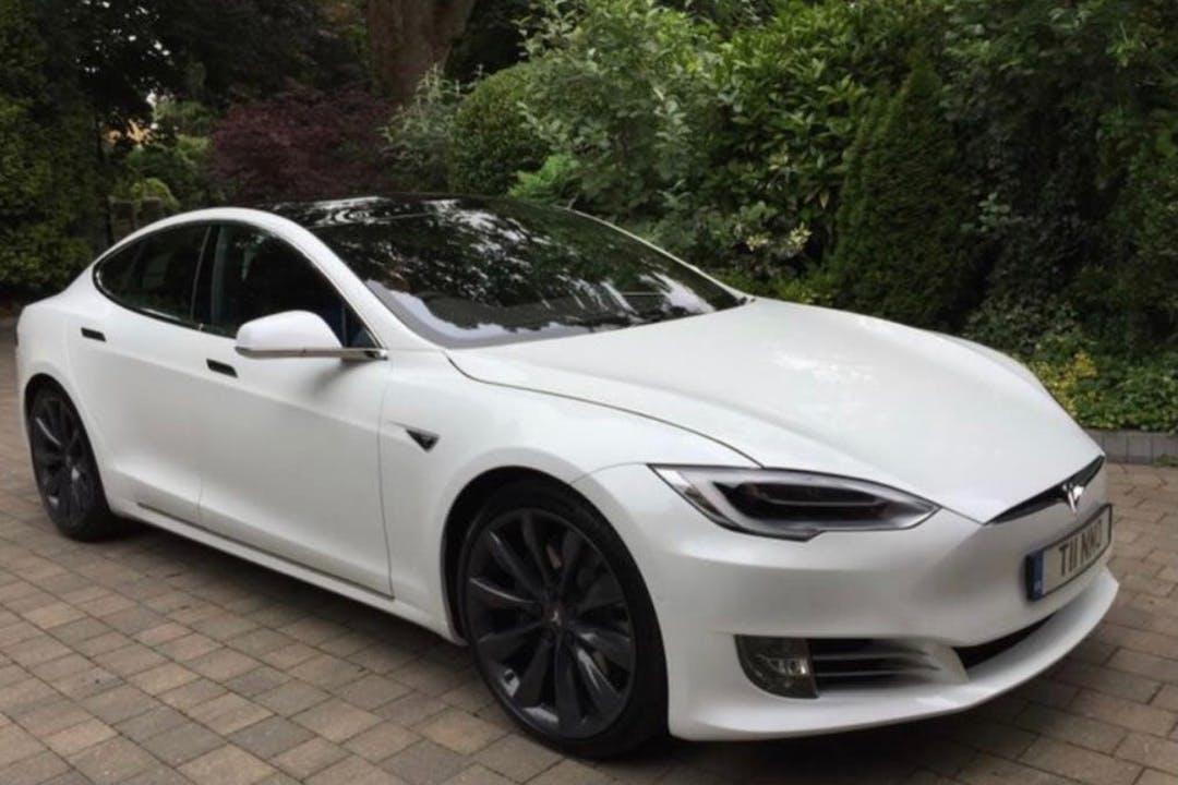 Alquiler barato de Tesla Model S con equipamiento Bluetooth cerca de 28046 Madrid.