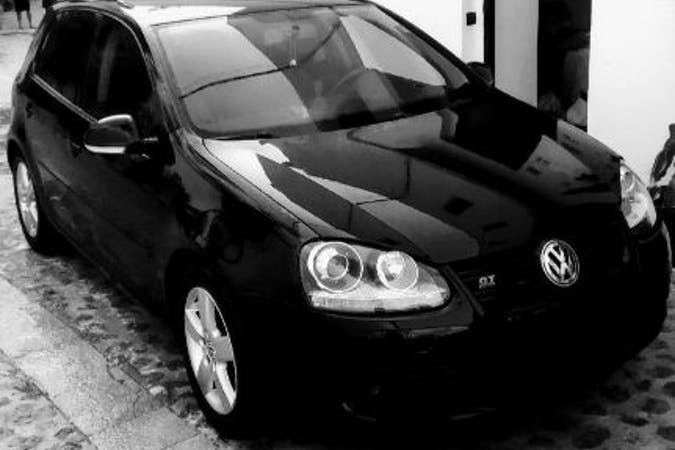 Alquiler barato de Volkswagen Golf con equipamiento GPS cerca de 07800 Eivissa.