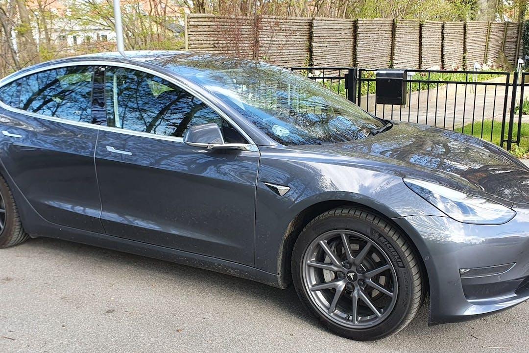 Billig billeje af Tesla Model 3 med GPS nær 3050 Humlebæk.