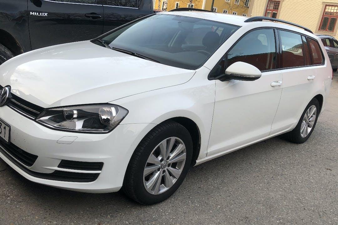 Billig biluthyrning av Volkswagen Golf i närheten av 903 26 Centrala Stan.